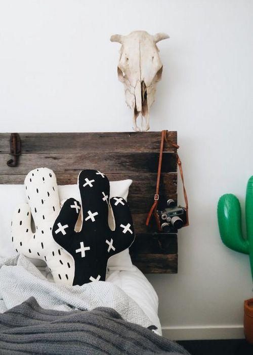 Черные и белые подушки в виде кактусов.