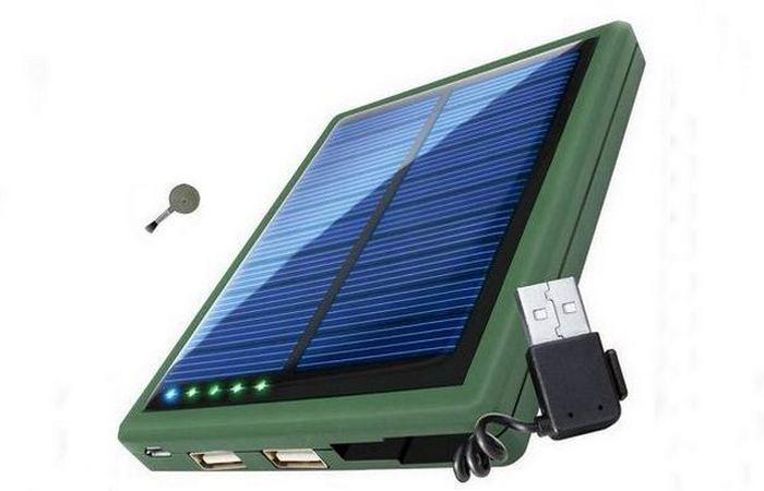 Солнечная зарядка «ReVIVE ReStore SL5000» и павербанк с двумя USB-портами.