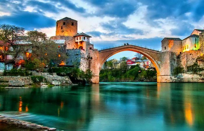 Мостар сочетает очарование Востока и Запада.