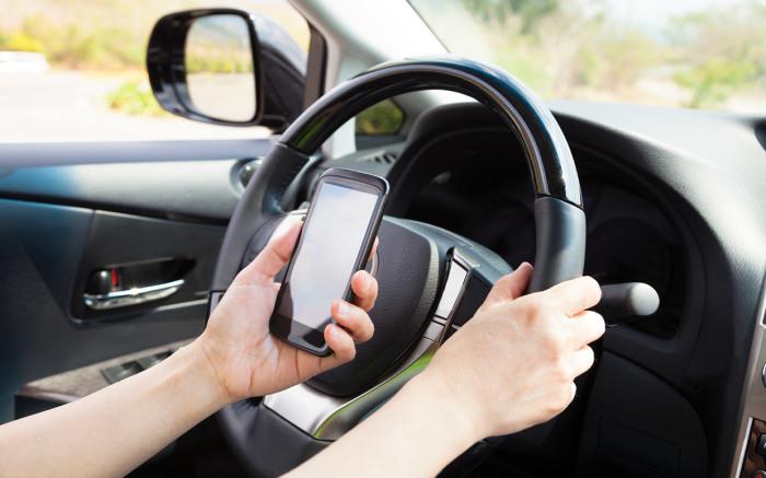 Телефон как одна из главных опасностей в авто.