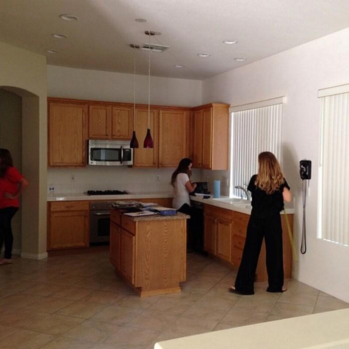 Большое и неорганизованное пространство кухни.