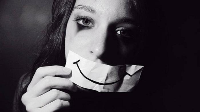 Люди могут не выглядеть «подавленными».