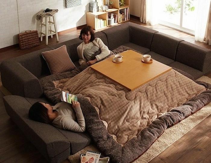 Стол-одеяло.