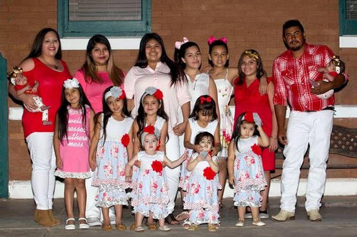 Мама, папа и 14 дочерей.
