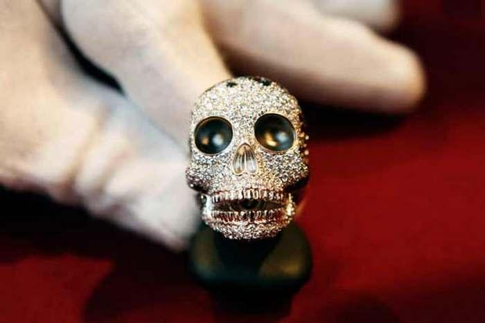 Бриллиантовое кольцо стоимостью 8 560 евро.
