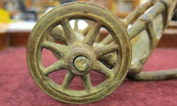 Колесо древней колесницы.