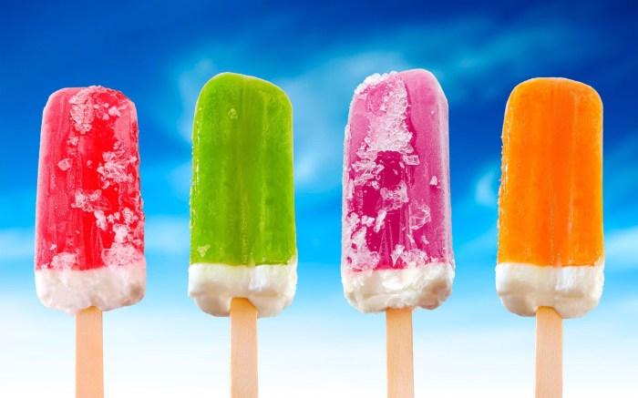 Фруктовое мороженое на палочке.