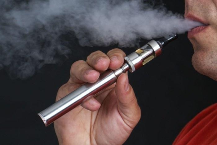 Курильщик с электронной сигаретой.