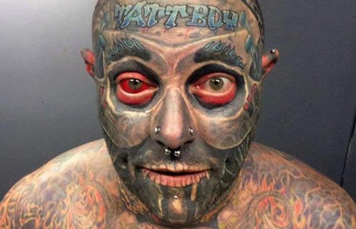 Таттбой Холден излечился на игле татуировщика.