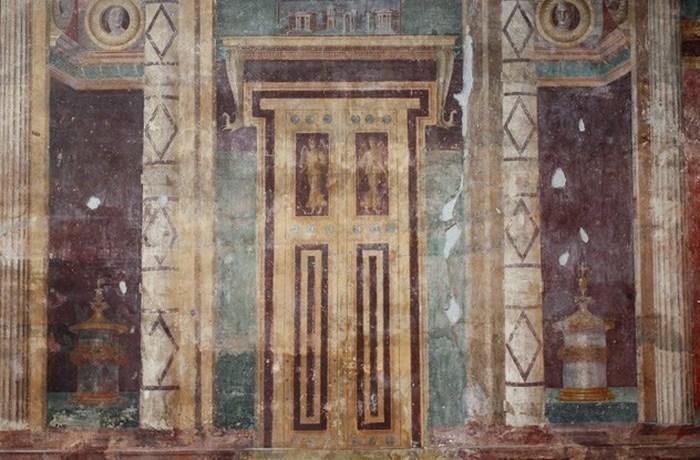 Фальш-двери - обычный элемент гробниц.