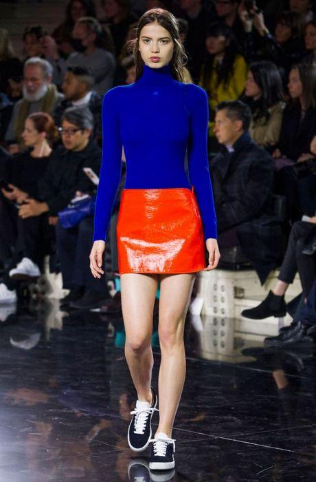 Лихая мода «лихих 90-х»: мини-юбки.