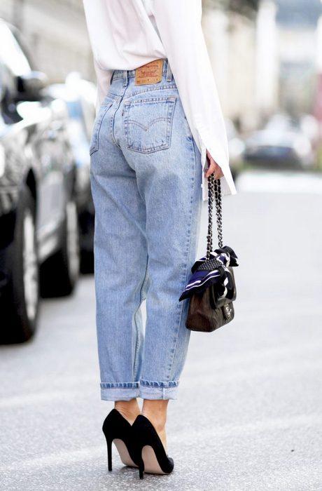 Лихая мода «лихих 90-х»: старые джинсы с завышенной талией.