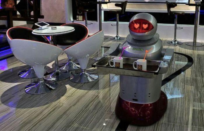 Гостиничный девайс: роботы.