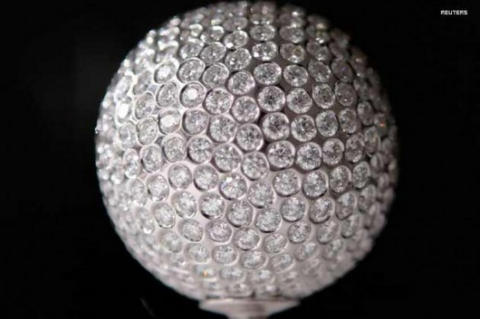 Мяч, инкрустированный бриллиантами.