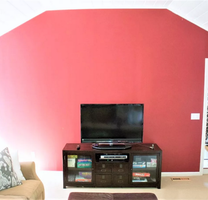 Странная красная стена.