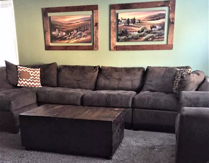 Огромный диван, который загромождает всё комнату.