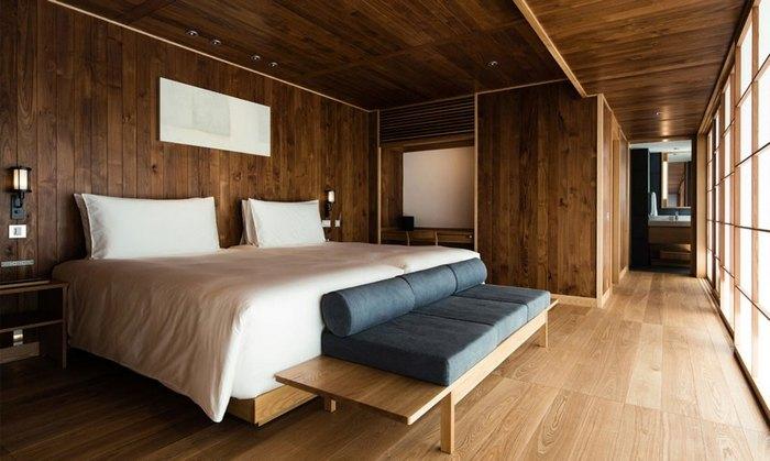 И шикарная кровать.