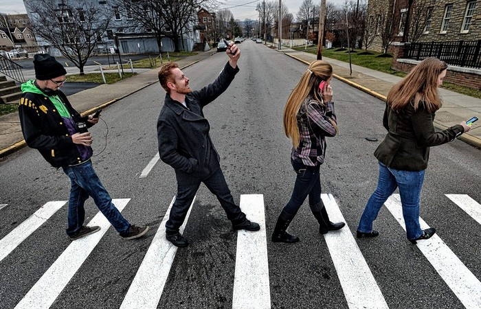 Правильная привычка: «Не ходить по улице и соцсетям одновременно».