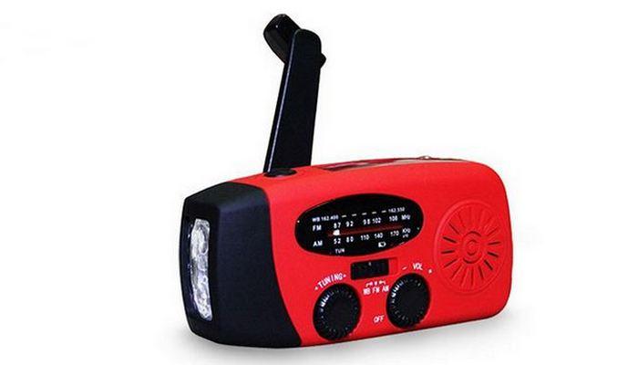Аварийное многофункциональное радио с фонариком.