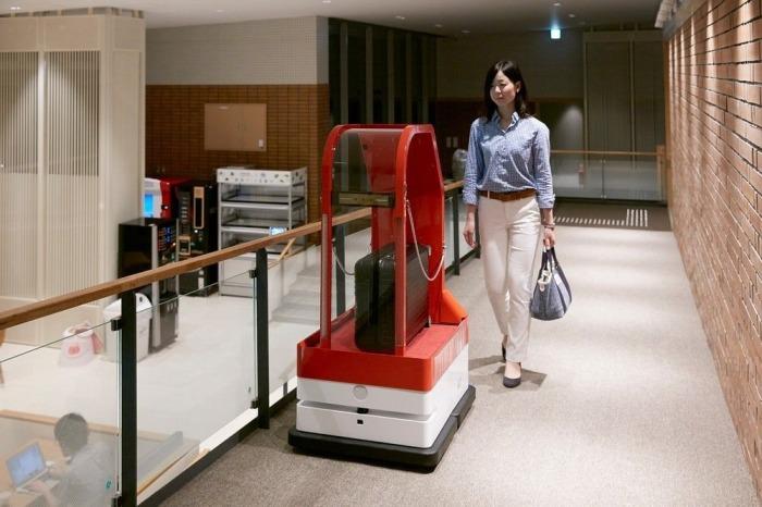 Чемодан в номер тоже доставит робот.