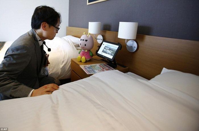 Робот-помощник в номере отеля.