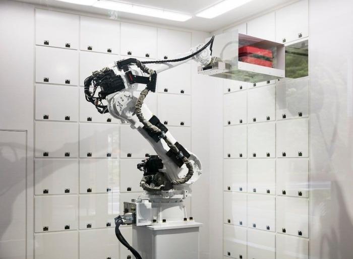 Робот отправит чемодан в камеру хранения.