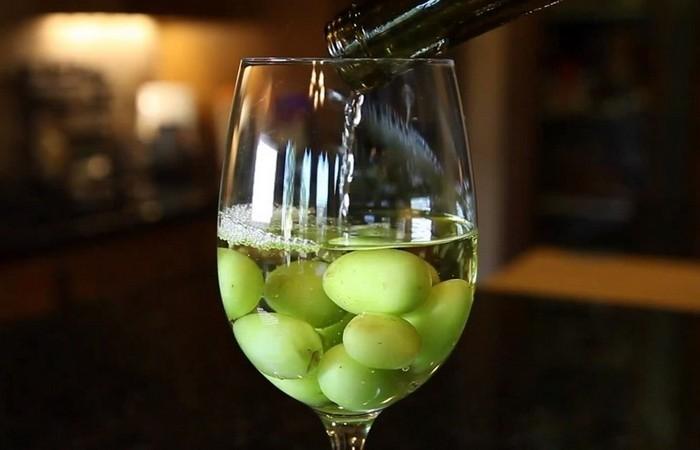 Замороженный виноград для охлаждения вина.