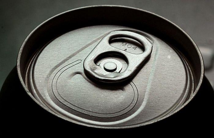 Ушко алюминиевой банки - крепление для дополнительной вешалки.