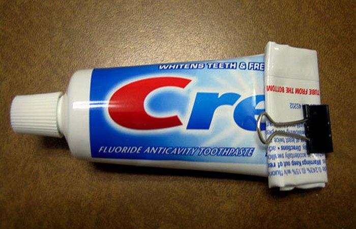 Тюбик зубной пасты и скрепка.