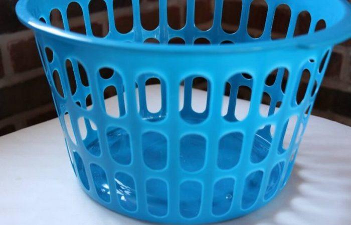 До: обычная пластиковая корзина, которую никто не захотел бы выставлять напоказ.