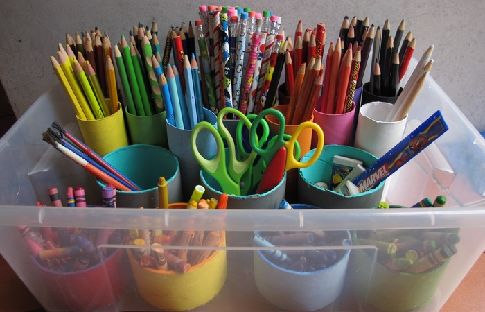 Органайзер для карандашей из пластикового ведерка.