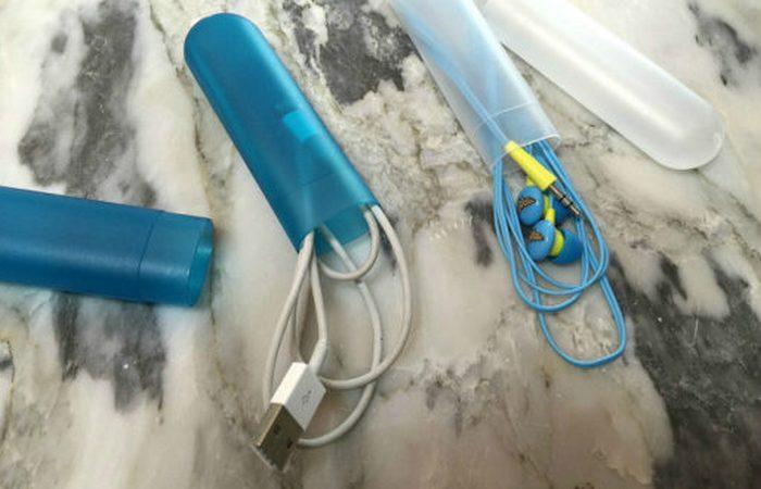Чехол от зубной щетки подойдет для хранения шнуров, батареек, наушников-вкладышей.