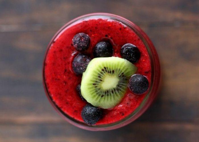Лучший смузи: три вида ягод и киви.
