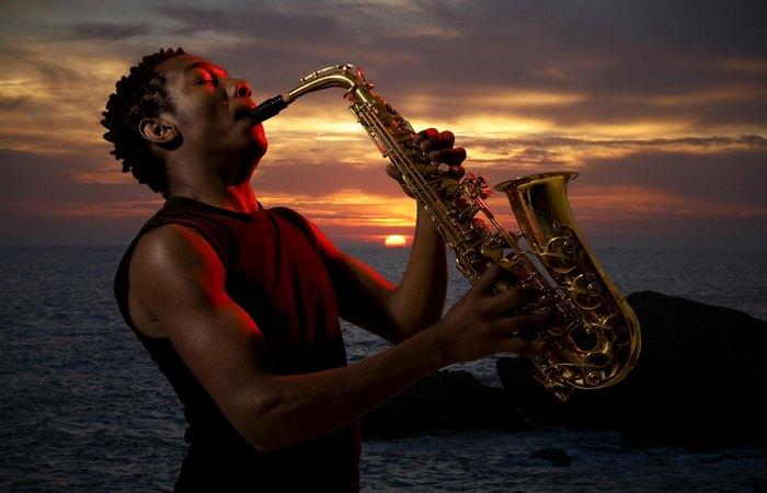 Изменил мир: саксофон.