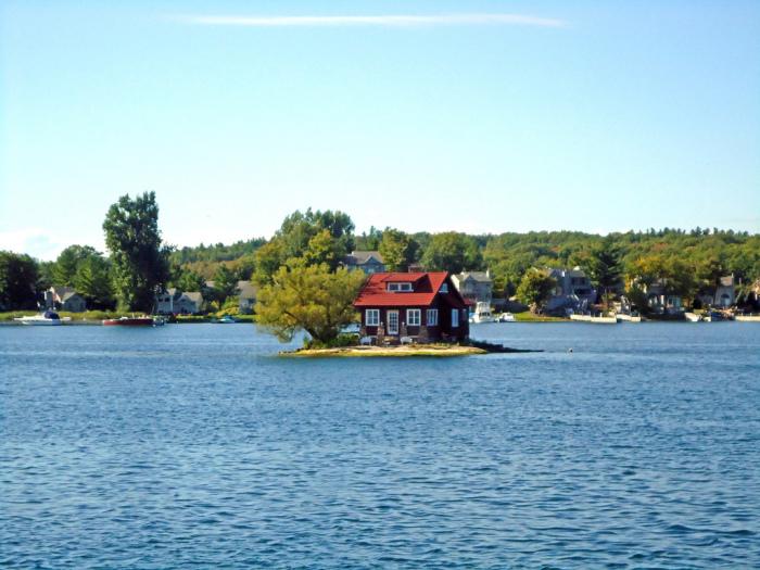 Самый маленький обитаемый остров на планете.