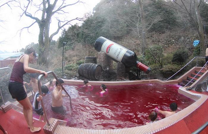 В Японии можно искупаться в бассейне с вином.