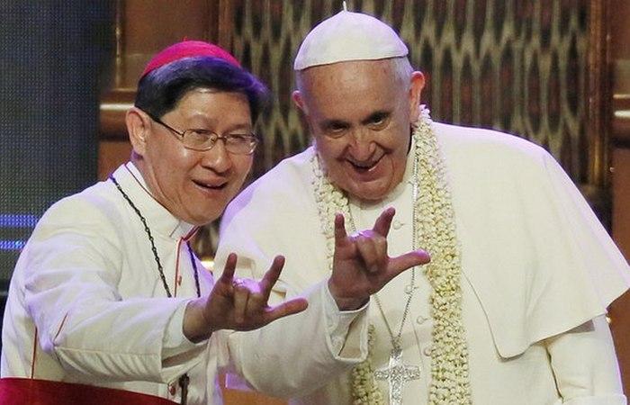 Священник показывает «козу»...