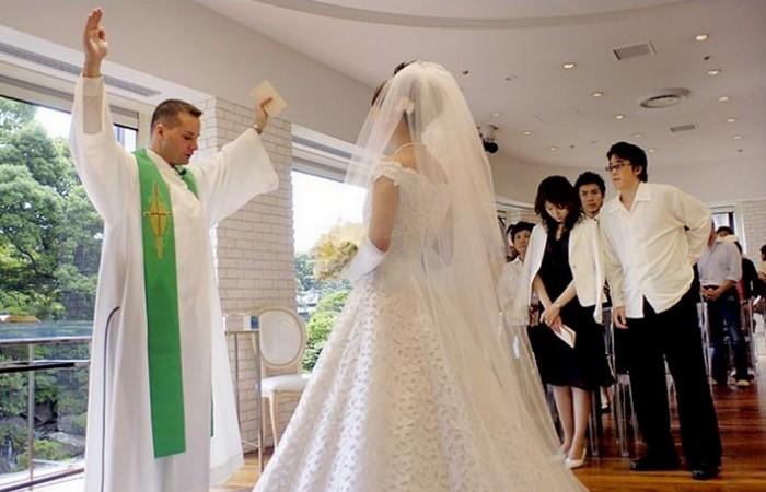В Японии можно нанять поддельного священника.