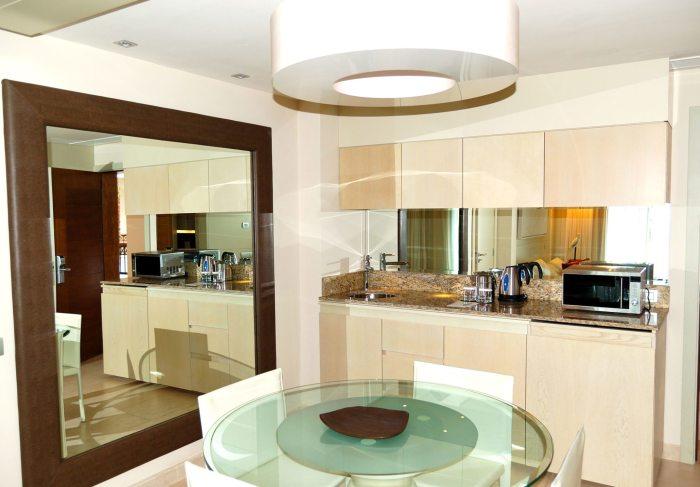 Отражающие поверхности увеличивают пространство кухни.