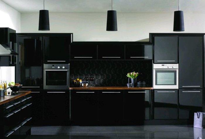 Чёрная мебель на кухне сделает её более светлой.