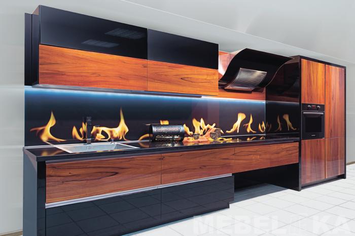Деревянная кухня с о встроенными чёрными поверхностями.