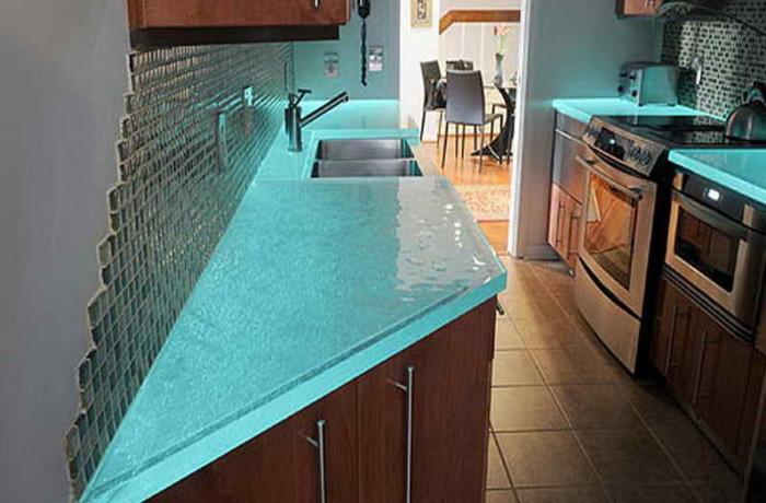 Стекло на кухне всегда выглядит стильно.
