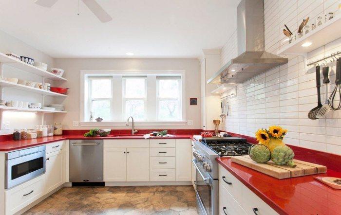 Яркие столешницы выгодный акцент на кухне.