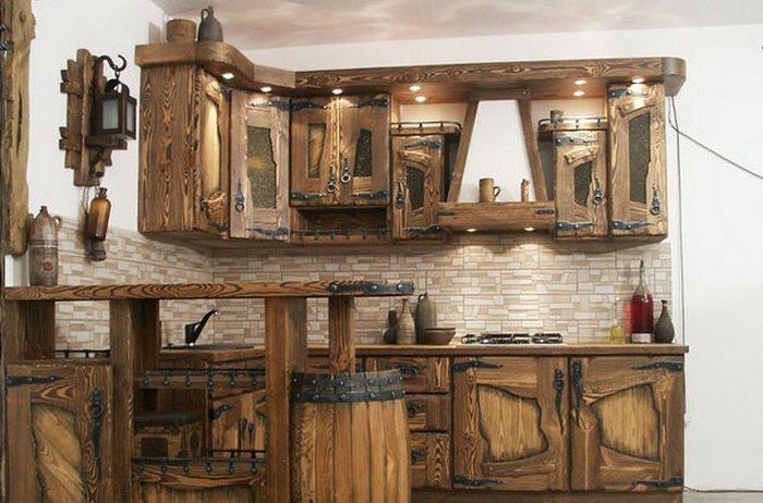Деревенские старинные кухонные шкафы - весьма оригинальное решение.
