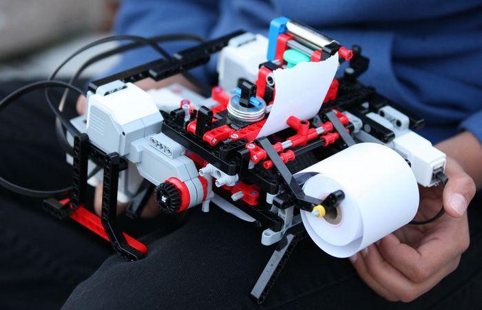 Ребенок создал принтер Брайля из набора Lego.