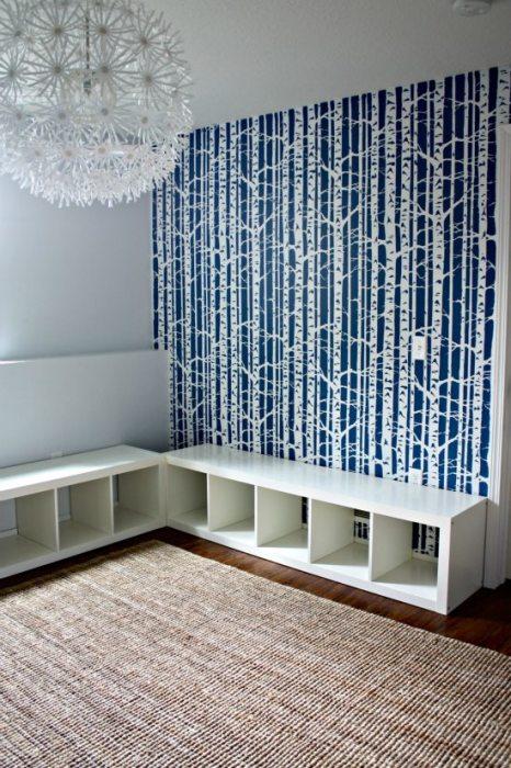 Скамейка из книжных шкафов.