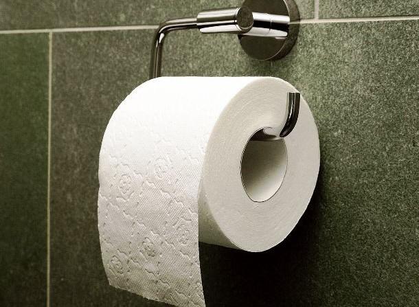 Пару капель эфирного масла облагородят туалетную бумагу.