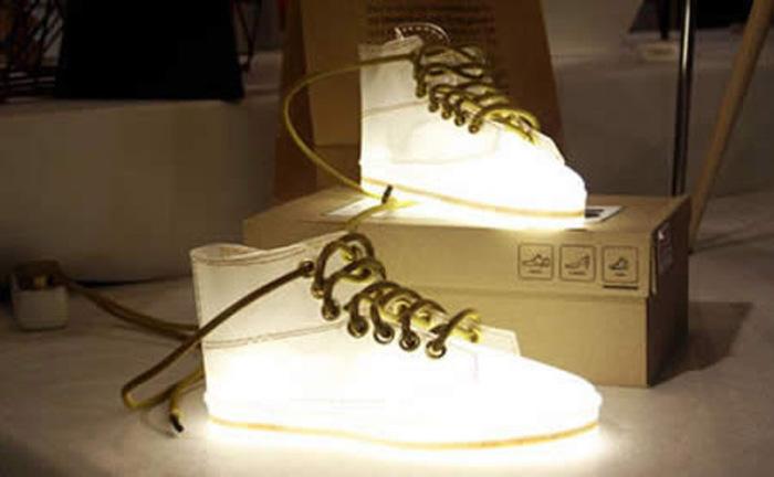 Напольные лампы-ботинки.