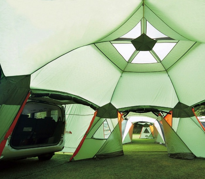 Просторная палатка с естественным освещением.