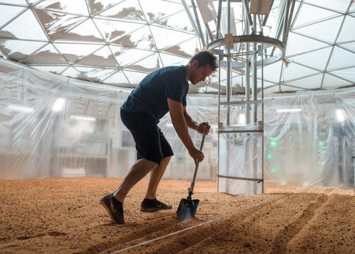 Кадр из фильма «Марсианин», где главный герой Марк Уотни обустраивает теплицу для выращивания картофеля.
